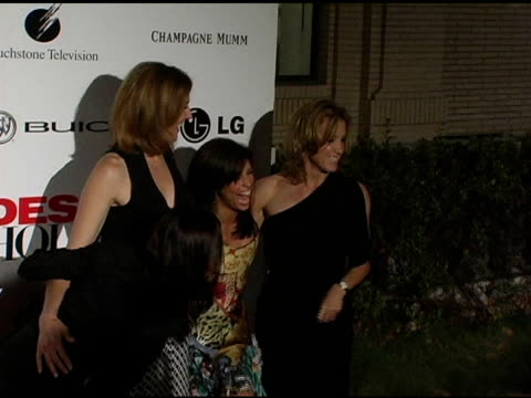 teri hatcher brenda strong eva longoria and felicity huffman at the 'desperate housewives' series premiere party arrivals on october 3 2004 - teri hatcher stock-videos und b-roll-filmmaterial