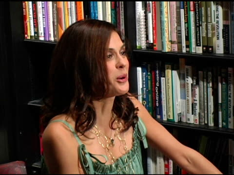 teri hatcher introduces her new book at the book signing of 'burnt toast and other philosophies of life' by teri hatcher at book soup in beverly... - teri hatcher stock-videos und b-roll-filmmaterial
