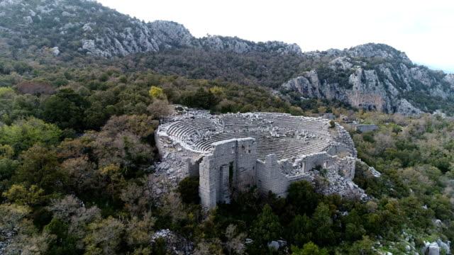 termessos ancient city och theatre drone shots-fästen taurus och moln - romerska riket bildbanksvideor och videomaterial från bakom kulisserna