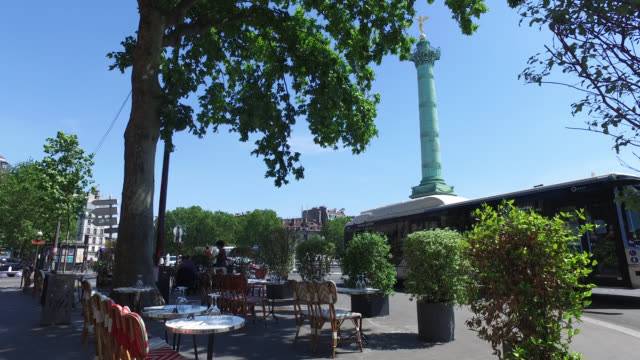 terrace with people from café restaurant, restaurant terrace with more tables on the sidewalk, place de la bastille. bars and restaurants reopen... - バスティーユ点の映像素材/bロール