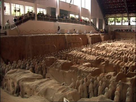 wa terracotta army, crowds of tourists on viewing balcony, museum of qin, xian, china - terrakotta armee stock-videos und b-roll-filmmaterial