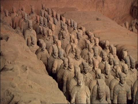 terracotta army, museum of qin, xian, china - terrakotta armee stock-videos und b-roll-filmmaterial