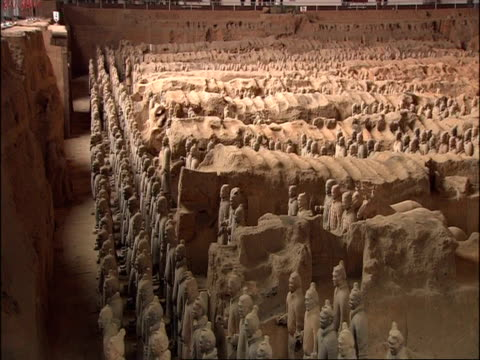 wa terracotta army, side view, museum of qin, xian, china - terrakotta armee stock-videos und b-roll-filmmaterial