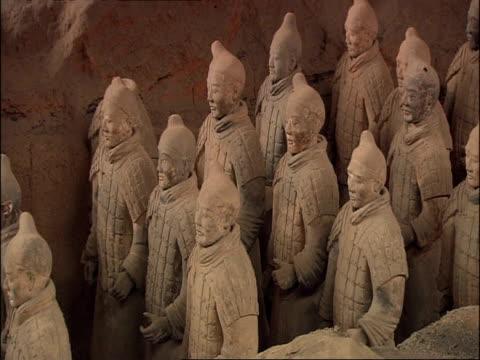 terracotta army, side view, museum of qin, xian, china - terrakotta armee stock-videos und b-roll-filmmaterial