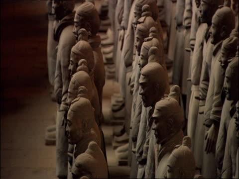 terracotta army, side view, tilt up, museum of qin, xian, china - terrakotta armee stock-videos und b-roll-filmmaterial