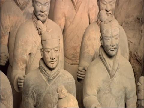 terracotta army, tilt up, museum of qin, xian, china - terrakotta armee stock-videos und b-roll-filmmaterial