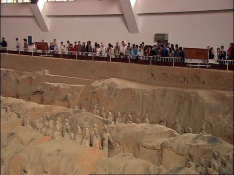 wa terracotta army, with tourists in background, museum of qin, xian, china - terrakotta armee stock-videos und b-roll-filmmaterial