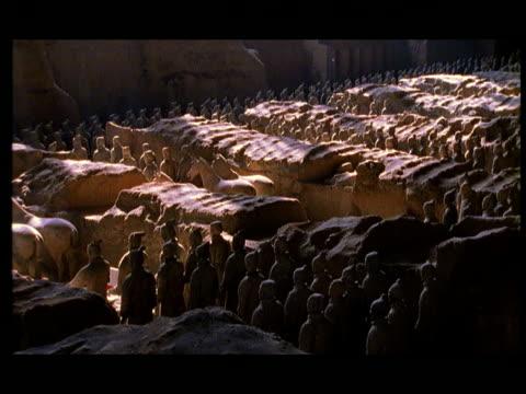 vídeos de stock e filmes b-roll de ws, ha, terracotta army, xi'an, shaanxi province, china - século 3 ac