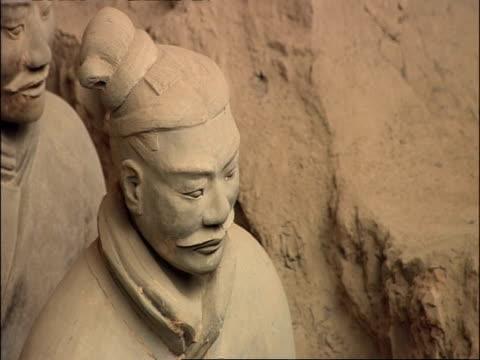 cu terracotta warrior face, museum of qin, xian, china - terrakotta armee stock-videos und b-roll-filmmaterial