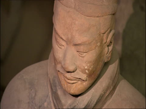 cu terracotta warrior face, zooms out to wa view of group of soldiers, museum of qin, xian, china - krieger menschliche tätigkeit stock-videos und b-roll-filmmaterial