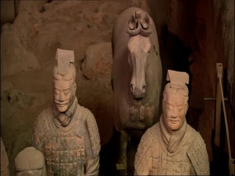 terracotta warriors and horse, museum of qin, xian, china - terrakotta armee stock-videos und b-roll-filmmaterial