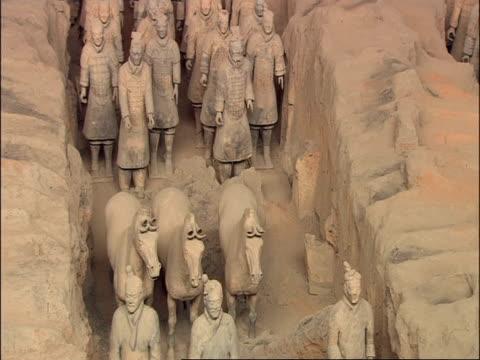 terracotta warriors and horses, high angle, museum of qin, xian, china - terrakotta armee stock-videos und b-roll-filmmaterial