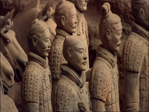 terracotta warriors and horses, museum of qin, xian, china - esercito video stock e b–roll