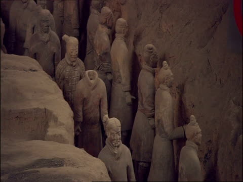 terracotta warriors, high angle, museum of qin, xian, china - terrakotta armee stock-videos und b-roll-filmmaterial