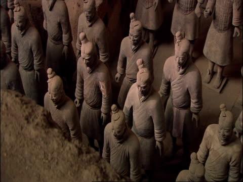 terracotta warriors, high angle view, museum of qin, xian, china - terrakotta armee stock-videos und b-roll-filmmaterial