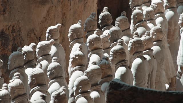 terracotta krieger in xi 'an,china. - kunst, kultur und unterhaltung stock-videos und b-roll-filmmaterial