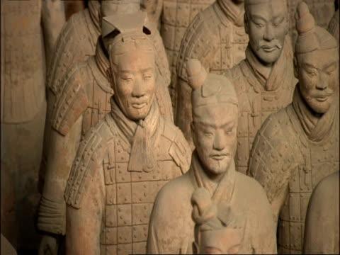 ms terracotta warriors, museum of qin, xian, china - terrakotta armee stock-videos und b-roll-filmmaterial