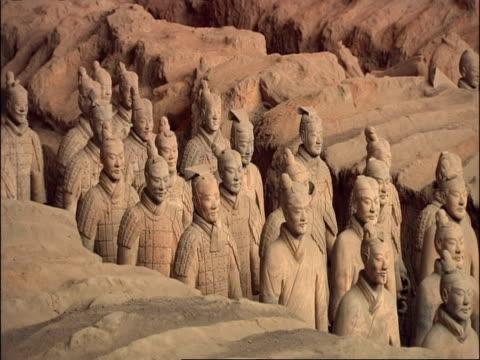 terracotta warriors, museum of qin, xian, china - esercito video stock e b–roll