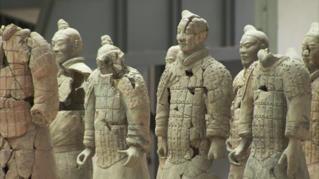 terracotta warriors, museum of qin, xi'an city, shaanxi, china  - 数個の物点の映像素材/bロール