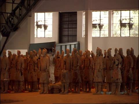terracotta warriors, standing in battle formation, museum of qin, xian, china - terrakotta armee stock-videos und b-roll-filmmaterial