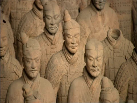 cu terracotta warriors, zooms out to wa view of army, zooms back in to cu, museum of qin, xian, china - terrakotta armee stock-videos und b-roll-filmmaterial
