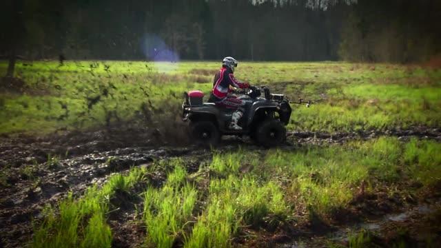 terrain quad - kopfbedeckung stock-videos und b-roll-filmmaterial