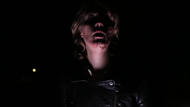 vídeos de stock e filmes b-roll de terrified young woman running through the forest - fugir