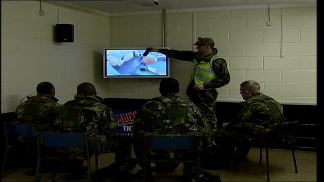 stockvideo's en b-roll-footage met territorial army company in training for afghanistan tour recruits listening to trainer discussing their performance - rekruut