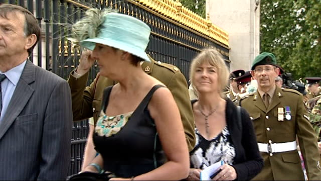 stockvideo's en b-roll-footage met territorial army soldiers attend buckingham palace garden party england london buckingham palace ext territorial army soldiers and their family... - yeomen warder