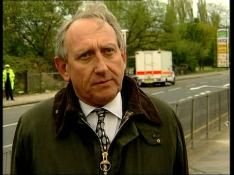 hendon sorting office second bomb attack; itn deputy assistant commissioner alan fry interview sot - fortunate that there were no serious injuries... - 画面切り替え カットアウェイ点の映像素材/bロール
