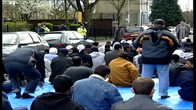operation crevice trial continues tx finsbury park abu hamza speaking to group of muslim men who sit in street defore him clean feed tape = d0607579... - crevice stock videos and b-roll footage
