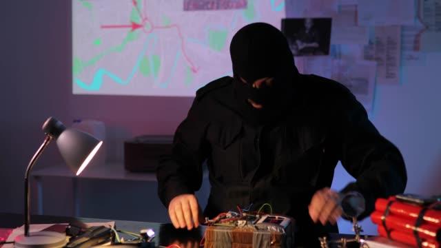 vídeos y material grabado en eventos de stock de terrorista construyendo una bomba - haz de luz