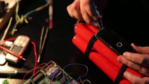 vidéos et rushes de terroriste construisant une bombe de dynamite dans l'atelier - préparation