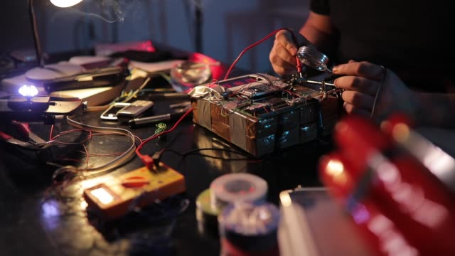stockvideo's en b-roll-footage met terrorist de bouw van een tijdbom in de workshop - bomb countdown timer