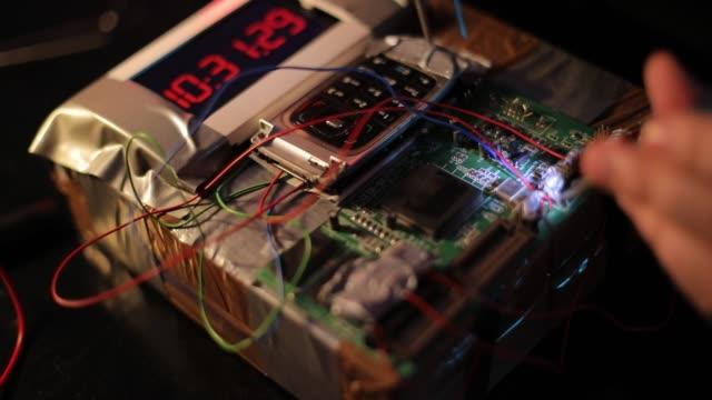 stockvideo's en b-roll-footage met terrorist de bouw van een tijdbom - bomb countdown timer
