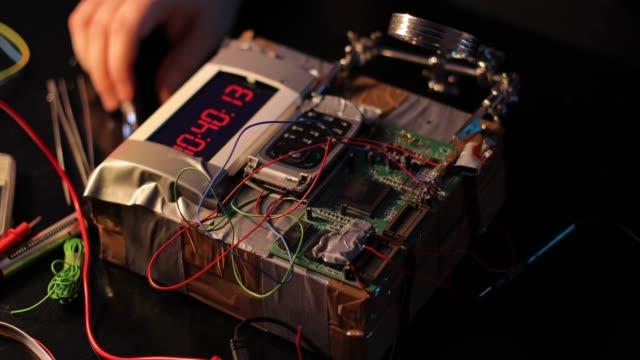 stockvideo's en b-roll-footage met terrorist maken van een bom in de workshop - bomb countdown timer