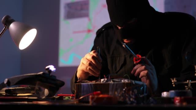 vídeos y material grabado en eventos de stock de terrorista haciendo una bomba en el taller - haz de luz