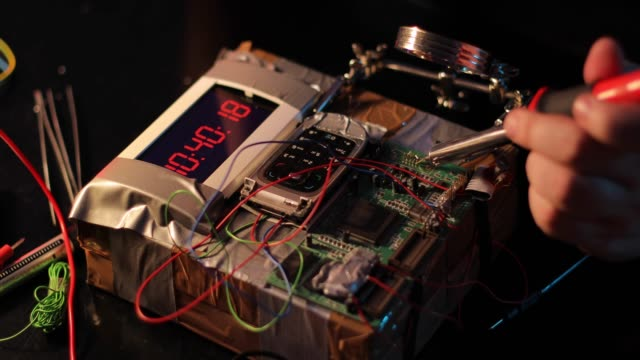 stockvideo's en b-roll-footage met terrorist maken van een bom - bomb countdown timer