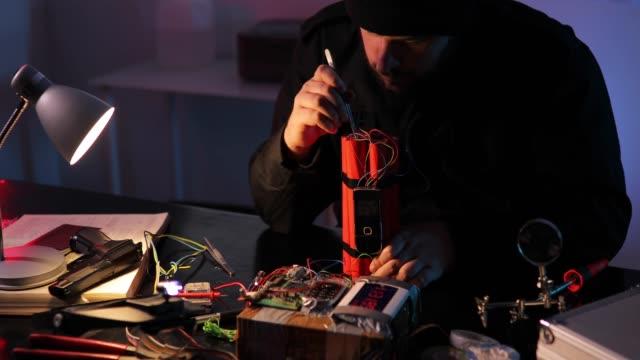 vídeos y material grabado en eventos de stock de terrorista haciendo una bomba de dinamita en el taller - haz de luz