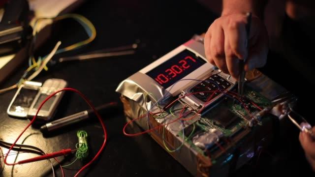 stockvideo's en b-roll-footage met terrorist maken van een tijdbom in de workshop alleen - bomb countdown timer