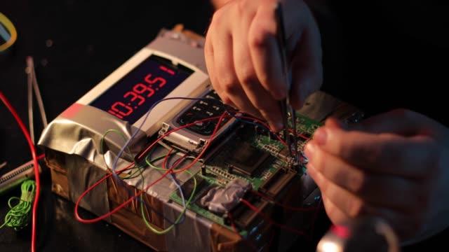 stockvideo's en b-roll-footage met terrorist maken van een tijdbom in de workshop - bomb countdown timer
