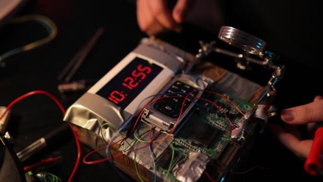 vídeos de stock, filmes e b-roll de terrorista que faz uma bomba de tempo - bomb
