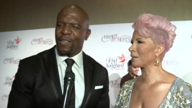 vídeos y material grabado en eventos de stock de terry crews and rebecca king-crews at hilary roberts birthday & the red songbird foundation launch at the beverly hilton hotel on may 11, 2019 in... - the beverly hilton hotel