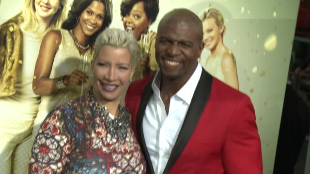 vídeos y material grabado en eventos de stock de terry crews rebecca crews at tyler perry's the single moms club los angeles premiere at arclight cinemas cinerama dome on march 10 2014 in hollywood... - cinerama dome hollywood
