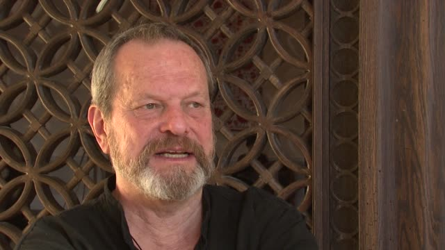 stockvideo's en b-roll-footage met terry gilliam on describing his latest film 'the imaginarium of doctor parnassus' at the 2008 dubai international film festival terry gilliam at dubai - terry gilliam