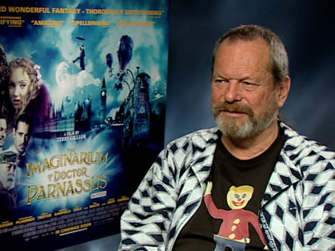 vídeos de stock, filmes e b-roll de terry gilliam on how difficult it was to continue after heath ledger's death, on how he didn't want to continue, on not figuring out how to fix it,... - heath ledger