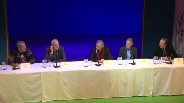 terry jones, michael palin, eric idle on the reaction to them reuniting at monty python press conference at playhouse theatre on november 20, 2013 in... - テリー・ギリアム点の映像素材/bロール