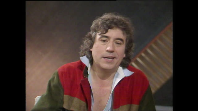 "stockvideo's en b-roll-footage met terry jones, speaking in 1984, on the differences between real ale and commercially produced beer and lager. ""the keg stuff is kind of, err, a corpse... - bbc archives"