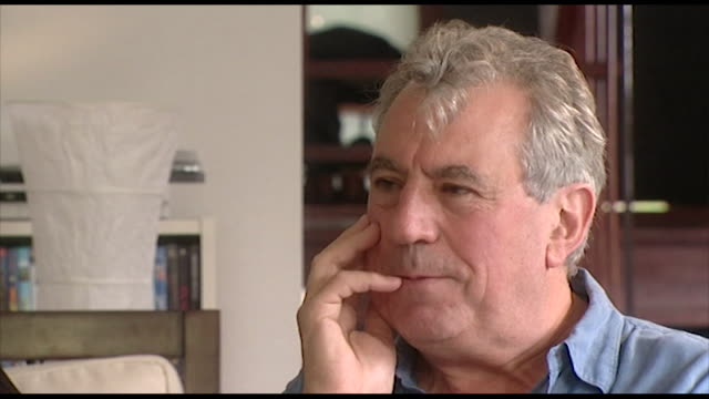 "terry jones, speaking in 2006, on being oblivious to group politics and the egos within the pythons. ""i'm not very good at people politics i think.... - 俳優 テリー ジョーンズ点の映像素材/bロール"