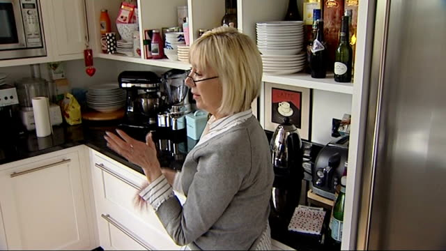 vídeos de stock, filmes e b-roll de widow calls on us military for information england int lynn lloyd talking with reporter in kitchen lynn lloyd interview sot - widow